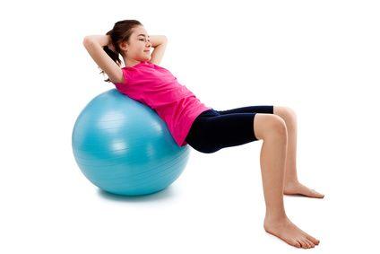 Rehabilitacja dzieci, dziecko ćwiczące na piłce